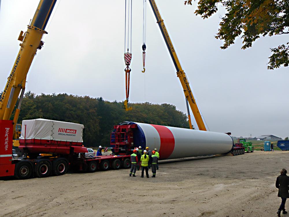 Die Röhren werden abgeladen. Jedes Segment ist zwischen 17 und 25 Meter lang und wiegt 55 bis 65 Tonnen.